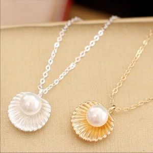 Jewelry - Beach vibes clam shell and pearl gold necklace